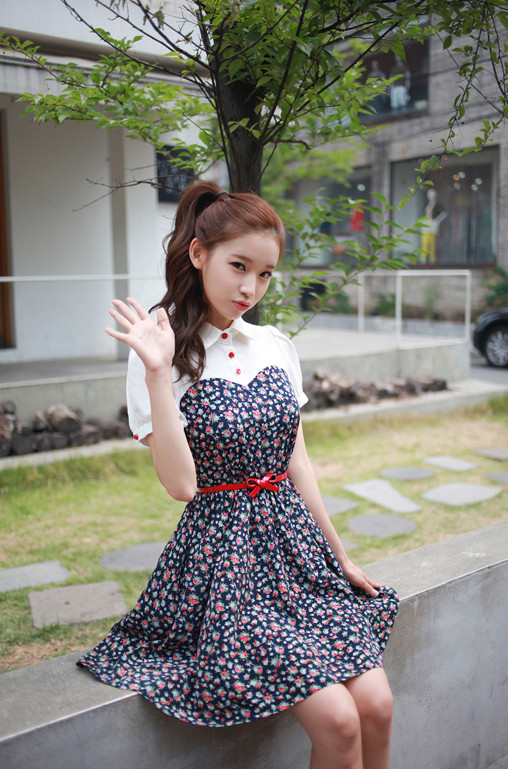 网友哈密桃分享美美网模:可爱蓝色碎花裙,搭红色系很
