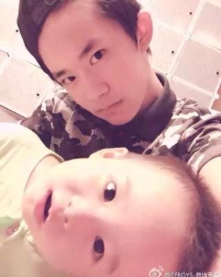 易烊千玺和他的弟弟
